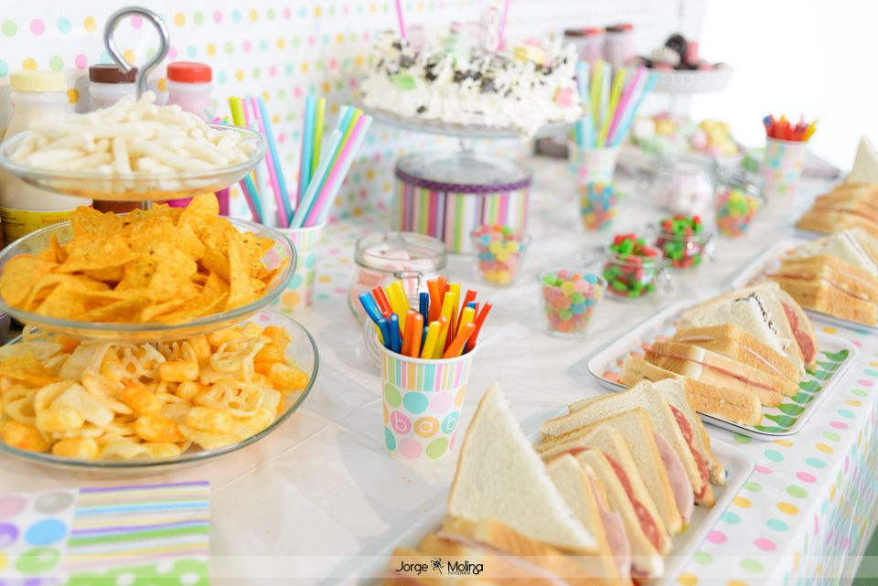 Mesa dulce y salada para merienda de cumpleaños